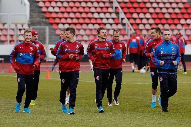Čeští fotbalisté Jakub Brabec (vlevo), Lukáš Mareček a Martin Frýdek během tréninku reprezentace na zápasy se Skotskem a Švédskem.