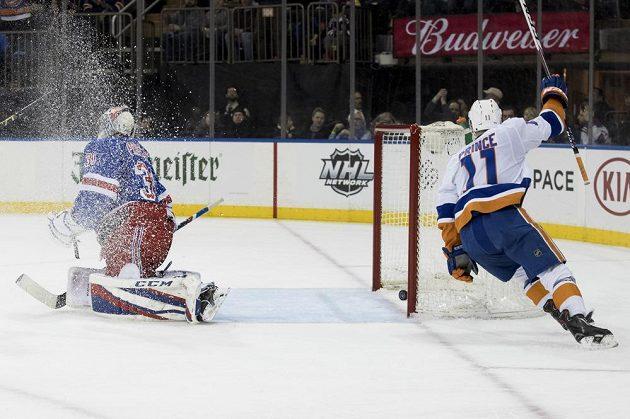 Gólman NY Rangers Ondřej Pavelec inkasuje gól od Shanea Prince z NY Islanders.