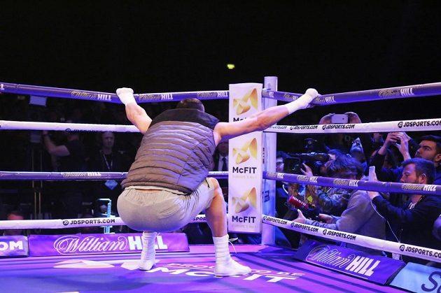 Ukrajinský boxer Vladimir Kličko se protahuje v ringu v rámci přípravy na bitvu s Anthonym Joshuou.
