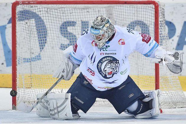 Brankář Liberce Ján Lašák ve čtvrtfinále play off hokejové extraligy s Plzní.