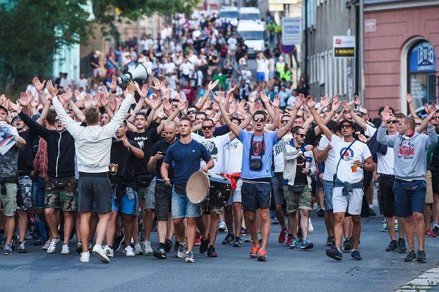 Fanoušci chorvatského Hajduku Split pochodují Libercem.