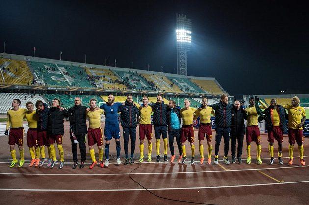 Fotbalisté Sparty Praha oslavují vítězství a postup po utkání Evropské ligy v Krasnodaru.