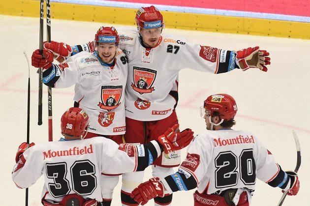Zleva Lukáš Vopelka, Radovan Pavlík, Oskars Cibulskis a Petr Zámorský, všichni z Hradce Králové, se radují z vyrovnávajícího gólu.