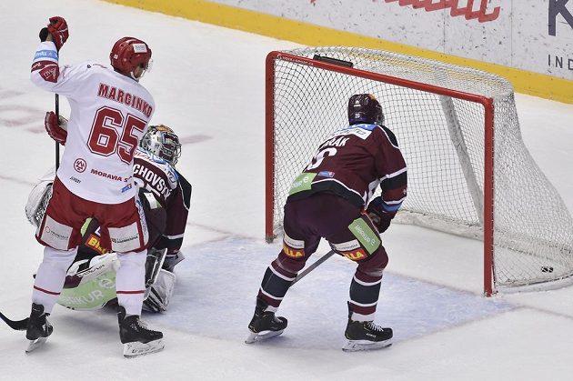 Druhý gól Třince. Zleva Tomáš Marcinko z Třince, překonaný brankář Sparty Matěj Machovský a Tomáš Dvořák ze Sparty.
