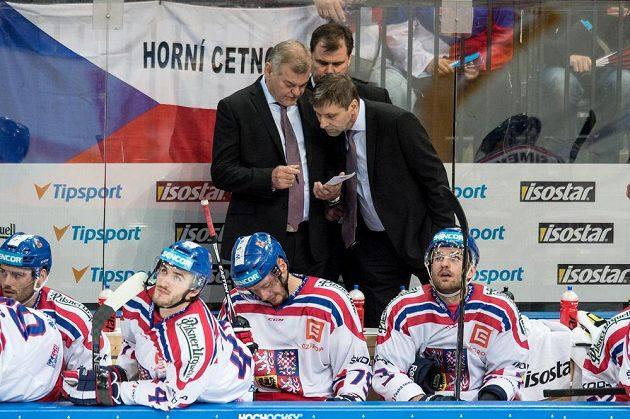 Reprezentační kouč Vladimír Vůjtek (vlevo) a asistenti Josef Jandač s Jaroslavem Špačkem (vzadu) během přípravného duelu s Kanadou.
