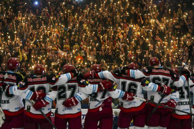 Hokejisté Hradce Králové slaví s fanoušky výhru nad Litvínovem.