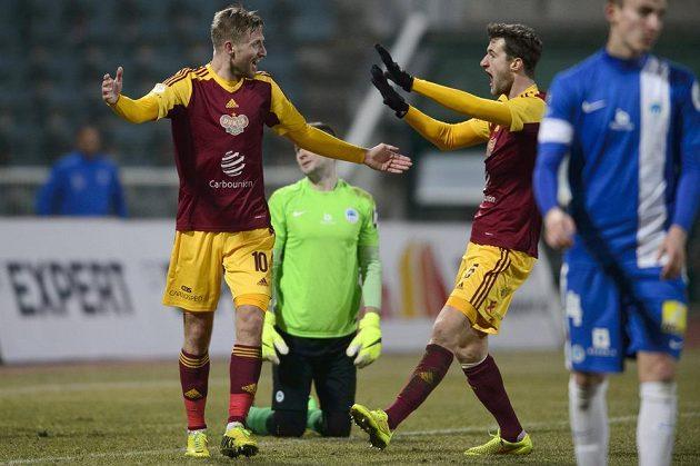 Jan Blažek (vlevo) a Marek Hanousek z Dukly se radují z gólu. Vzadu brankář Liberce Ondřej Kolář.