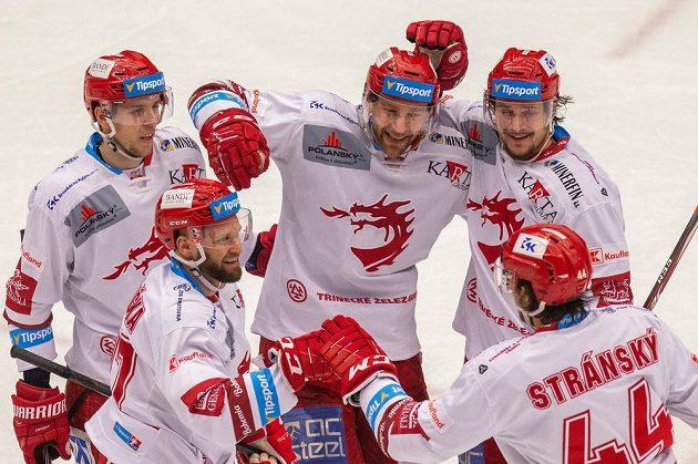 Zleva Martin Gernát, Martin Růžička, Tomáš Marcinko, Tomáš Kundrátek a Matěj Stránský z Třince se radují z gólu.