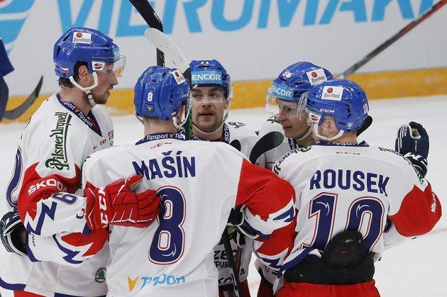 Lukáš Jašek se raduje se spoluhráči z gólu proti Finsku na moskevském turnaji.