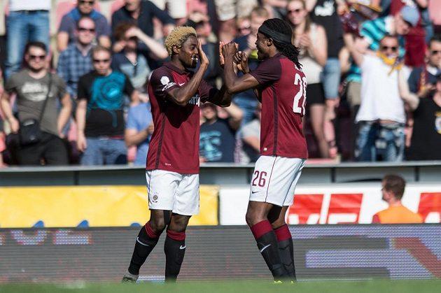 Fotbalisté Sparty Praha Tiémoko Konaté (vlevo) a Costa oslavují gól proti Liberci.