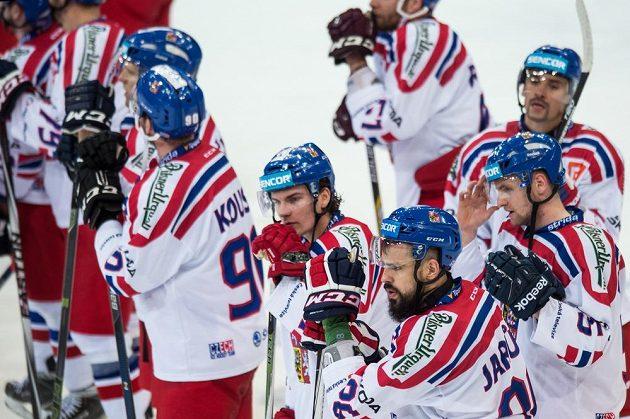 Zklamaní čeští hokejisté po porážce s Kanadou. Vpředu zprava Jakub Jeřábek, Petr Zámorský a Richard Jarůšek.