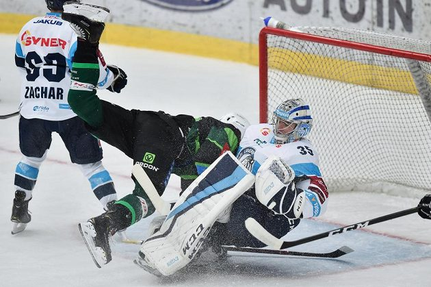 Brankář hokejového Liberce Roman Will a Tomáš Mikúš z Karlových Varů a divoký střet během extraligového utkání.