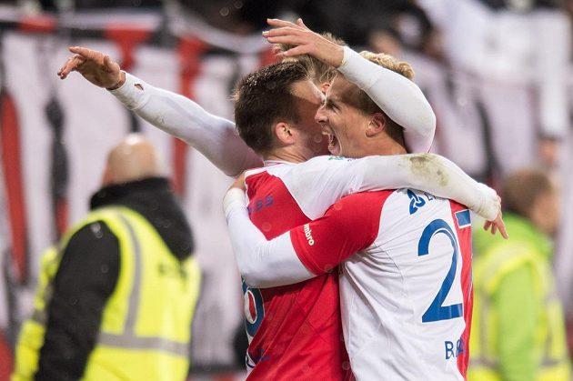 Fotbalisté Slavie Praha Jaromír Zmrhal a Antonín Barák oslavují vítězný gól v zápase proti Slovácku.