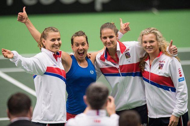 Neporazitelné! České tenistky (zleva): Lucie Šafářová, Barbora Strýcová, Karolína Plíšková a Kateřina Siniaková oslavují vítězství nad Španělskem.