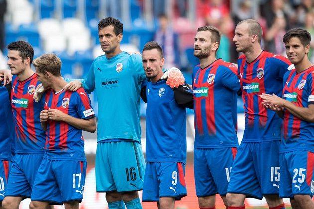 Fotbalisté Viktorie Plzeň (zleva): Milan Havel, Patrik Hrošovský, Aleš Hruška, Martin Zeman, Radim Řezník, Michael Krmenčík a Aleš Čermák po utkání s Olomoucí.