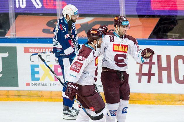 Hokejisté Sparty Andrej Kudrna (vpravo) a Michal Barinka oslavují vedoucí gól v utkání proti Kometě.
