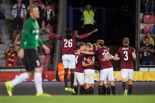 Fotbalisté Sparty se radují z gólu proti Jablonci.