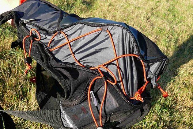 Hlavní prostor batohu lze zvětšit a poté přesně přizpůsobit nákladu.
