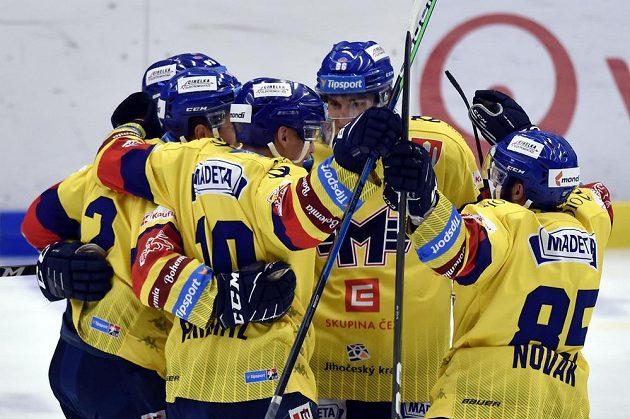 Hokejisté Českých Budějovic se radují z druhého gólu.