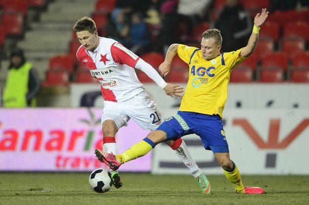 Teplický Jakub Hora (vpravo) se snaží sebrat míč útočníkovi Slavie Milanovi Škodovi.