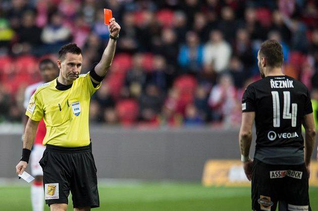 Rozhodčí Radek Příhoda ukazuje červenou kartu Radimovi Řezníkovi z Plzně během utkání se Slavií.