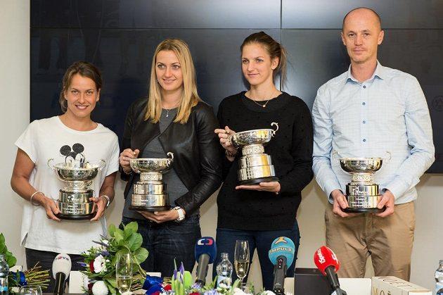 Vítězný fedcupový tým (zleva) Barbora Strýcová, Petra Kvitová, Karolína Plíšková a kapitán Petr Pála po návratu do Prahy.