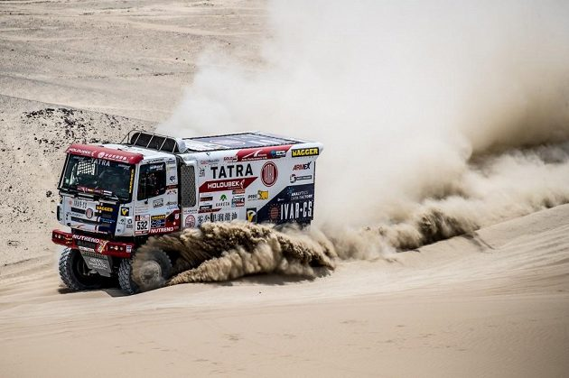 Martin Šoltys si razí cestu peruánským pískem u Piska.