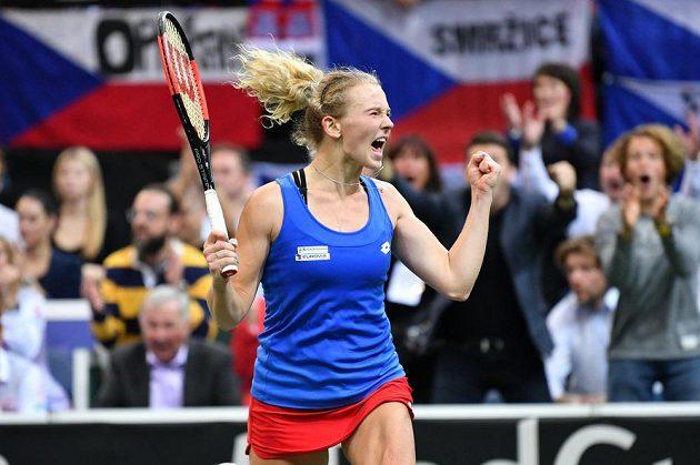 Dobojováno! Kateřina Siniaková zvládla těžkou bitvu a pro Češky vybojovala vítězný bod ve finále Fed Cupu.