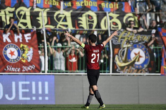 David Lafata ze Sparty zdraví fanoušky po vítězství v Mladé Boleslavi.