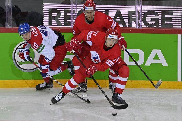 ZlevaDominik Kubalík z ČR,Arťom Zub z Ruska (vzadu) aArťom Švec-Rogovoj z Ruska v úvodním utkání MS v Rize.
