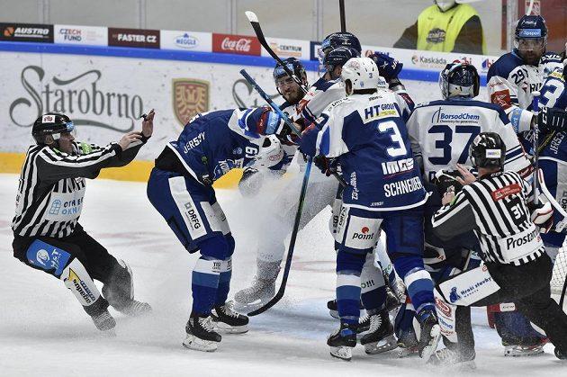 Čároví rozhodčí Vít Komárek (vlevo) a Jakub Frodl (vpravo) zasahují u potyčky na ledě v utkání Komety Brno s Vítkovicemi.