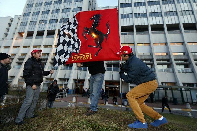 Fanoušci umísťují vlajku Ferrari před klinikou v Grenoblu, na jejíž jednotce intenzivní péče leží sedminásobný mistr světa formule 1 Michael Schumacher.