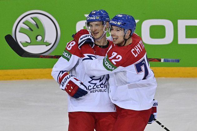 Střelecúvodního gólu Filip Chytil (vpravo) aDominik Kubalík se radují.