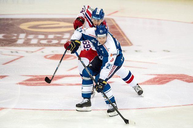 Finský útočník Janne Niskala (vpředu) a český forvard Lukáš Radil během utkání turnaje Channel One Cup.