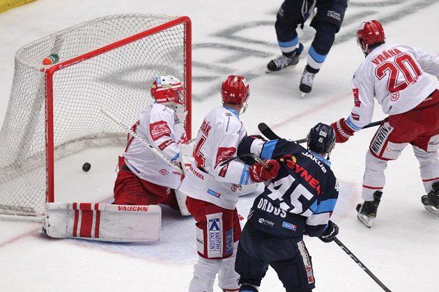 Brankář Třince Šimon Hrubec inkasuje první gól. Přihlížejí hráči Třince Patrik Husák a Petr Vrána a liberecký Jan Ordoš.