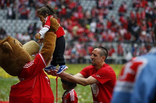 Fotbalista Bayernu Mnichov Franck Ribéry předává maskotovi Bernimu svou dceru.