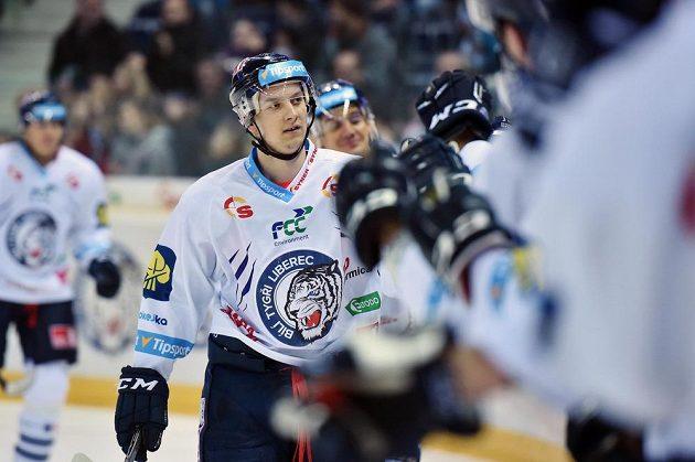 Autor gólu Michal Bulíř z Liberce se raduje se spoluhráči.