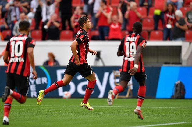 Český reprezentační kanonýr Patrik Schick slaví gól se spoluhráči v budnesligovém utkání svého Leverkusenu.