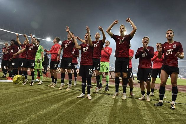 Hráči Sparty se v Ostravě radují z vítězství a děkují svým fanouškům.
