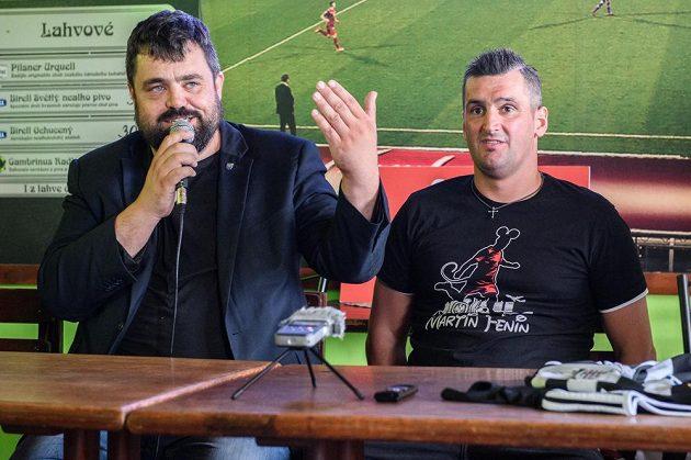 Fotbalový útočník Martin Fenin (vpravo) a starosta Řeporyj Pavel Novotný během tiskové konference týmu 1. A třídy FK Řeporyje.