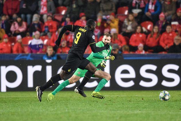 Romelu Lukaku z Interu Milán obchází brankáře Slavie Praha Ondřeje Koláře během utkání základní skupiny Ligy mistrů.