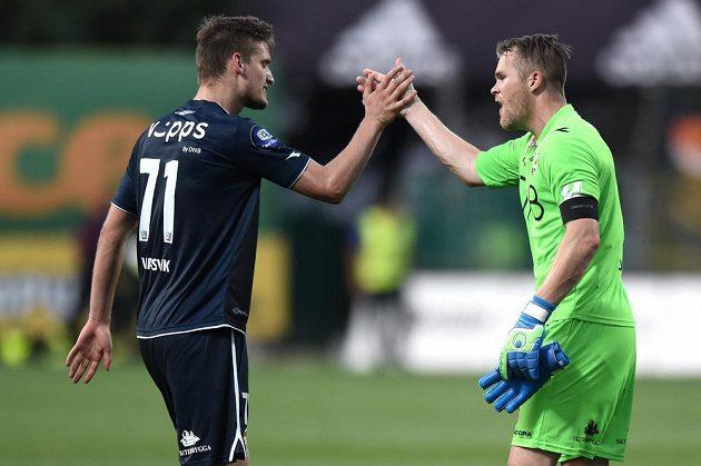 Fotbalisté Strömsgodsetu se radují z výhry v Mladé Boleslavi. Vlevo obránce Gustav Valsvik, vpravo brankář Espen Pettersen.