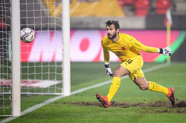 Brankář Slavie Praha Jan Stejskal inkasuje gól během utkání osmifinále MOL Cupu s Karlovými Vary.