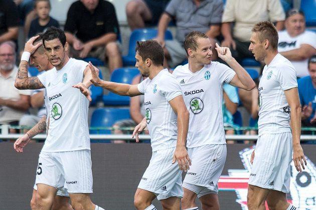 Jan Chramosta (druhý zprava) a jeho spoluhráči z Mladé Boleslavi se radují z vítězství 3:0 nad Libercem.