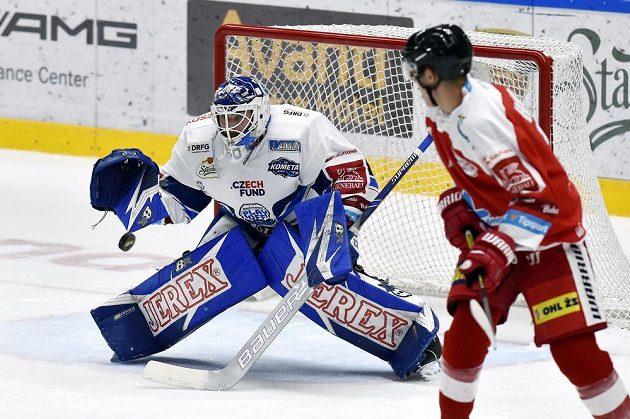 Brankář Brna Karel Vejmelka a Tobiáš Handl z Olomouce během utkání letního poháru Česká Generali Cup.