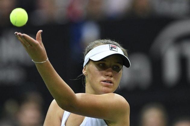 Sofia Keninová ve dvouhře proti Siniakové při finále tenisového Fed Cupu mezi ČR - USA.
