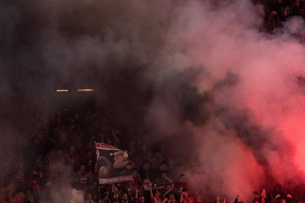Fanoušci Slavie Praha během derby.