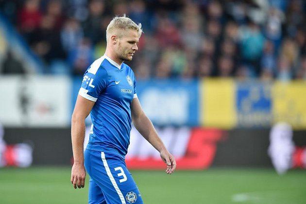 Jan Mikula opouští hřiště poté, co ve 12. minutě viděl druhou žlutou a následně i červenou kartu.