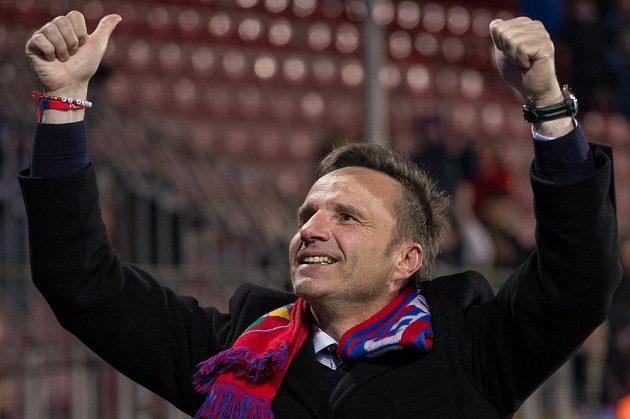 Plzeňský trenér Karel Krejčí oslavuje vítězství nad Spartou.