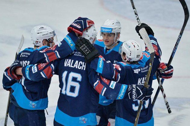 Radost hráčů Chomutova z prvního gólu během čtvrtého zápasu předkola play off hokejové extraligy na ledě BK Mladá Boleslav.
